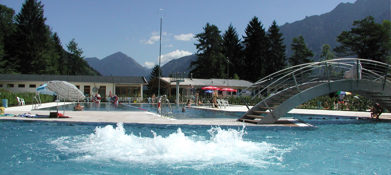 Das Alpenschwimmbad von Oberau bietet Abkühlung im Sommer
