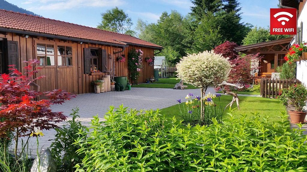 Ferienhaus Hofer im Zugspitzland - Gartenanlage