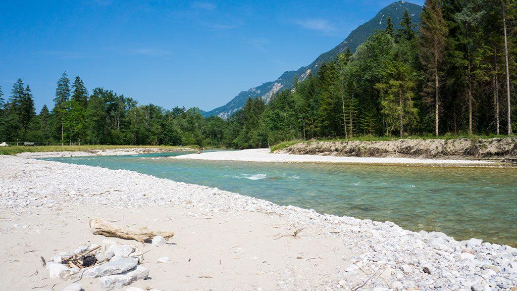 Ufer am Ferienhaus Hofer am Loisachbeach